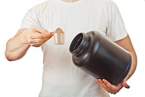 Протеин фасуется в большие банки на производстве и продается в любом магазине спортивного питания.