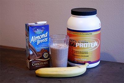 Если добавить в протеиновый коктейль банан и молоко, получится вкусный напиток для завтрака